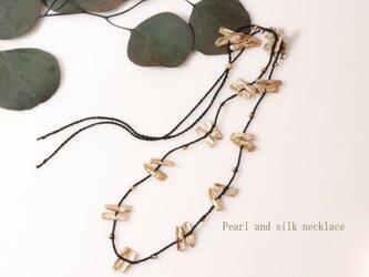 パールとシルクのネックレスの画像