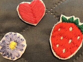 刺繍ワッペン いちご ハート 花の画像