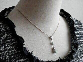 ミルクグリーン色チェコビーズのネックレスの画像
