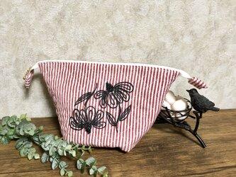 ボタニカル刺繍のキルティングポーチの画像