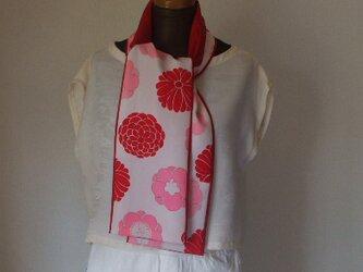 赤とピンクの花がおしゃれなストール 絹の画像