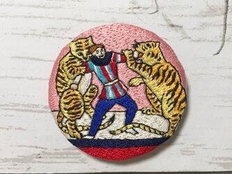 手刺繍浮世絵ブローチ*歌川政信「西洋チャリネ大曲馬ノ図」の虎の画像
