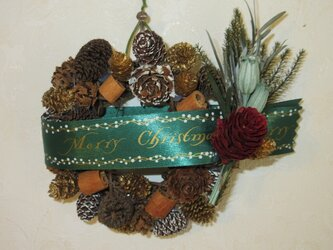 小さなシナモンと木の実のクリスマスリースの画像