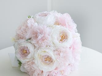 【ブートニア付き】フローラルピンクのラウンドブーケ:アーティフィシャルフラワー(造花)前撮り 海外ロケフォト サプライズ の画像