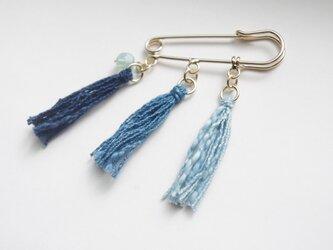 Japan blue 藍染糸タッセル3連ブローチ (空色のガラスビーズ付き)の画像
