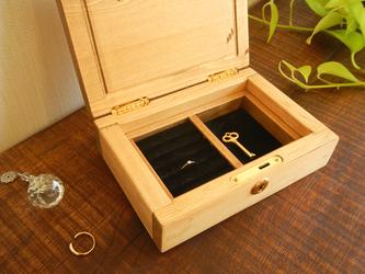 鍵のかかるアクセサリーケース(指輪収納付き)の画像