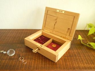 鍵のかかるアクセサリーケース(指輪収納付き)紅色の画像