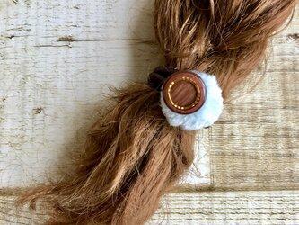 simple! ミルキーブルーとブラウンの秋冬ヘアゴム  エコファー  ボタン  大人かわいいの画像
