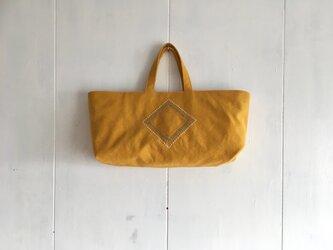 《sale》刺繍入り横長くったり黄色い鞄の画像