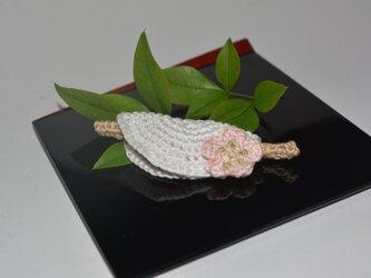 花びら餅のブローチの画像