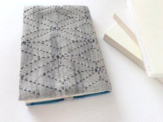さりげない伝統模様のブックカバー・炭染グレーの画像