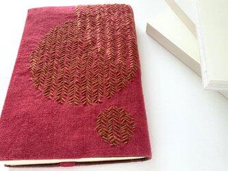 鮮やかアクセントカラーのブックカバー「まるすぎチェリー」の画像
