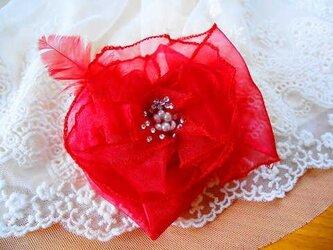 赤いお花のコサージュの画像