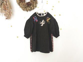 [ブラック] 小鳥刺しゅうの、リネンウールパフスリーブワンピースの画像