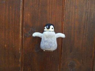 はしゃぐペンギンの赤ちゃんのブローチの画像