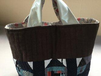 ハウスの並ぶキルト トートバッグの画像