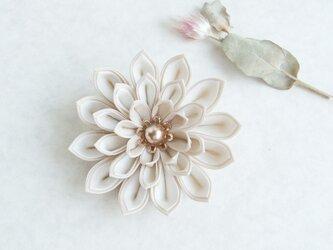 つまみ細工 白×ベージュの花コサージュ/ブローチの画像
