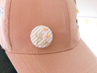 くるみボタンの刺繍ブローチの画像