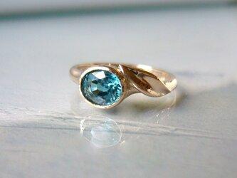 青いジルコンとリーフの指輪の画像