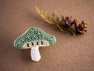 森のきのこのビーズ刺繍ブローチ(アップルグリーン)の画像