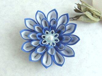 つまみ細工 白×青の花コサージュ/ブローチの画像