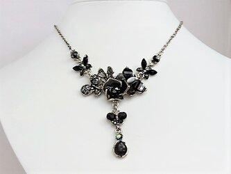 薔薇と蝶のブラック・ボリュームネックレス・銀♪の画像