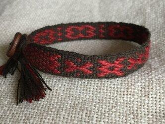 手織りのブレスレット こげ茶×エンジ (b) 木製ボタン付の画像