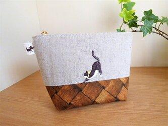 猫刺しゅうリネン生地×木目調のマチ付きポーチの画像