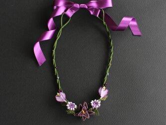 ダークグリーンxパープルのお花のネックレス(短い) 紫リボン留めの画像