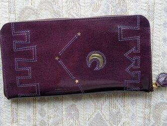 刺繍革財布「街」ツヤムラサキ(ヤギ革)ラウンドファスナー型 の画像