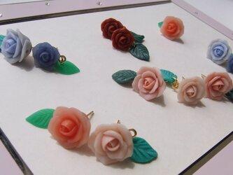 葉っぱ揺れる♪薔薇ピアス 選べる6色 K16GP クレイフラワー[送料無料]④の画像