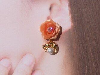橙色の薔薇&玉乗り猫チャーム ピアス/イヤリング*送料無料*パール⑦の画像