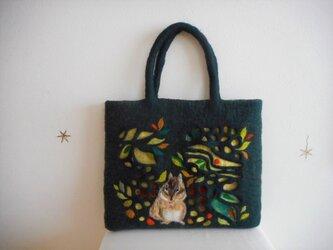 リスと木の実と透かしのバッグの画像