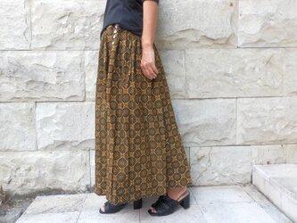 サイドの貝ボタンがポイントのバティックロングスカートの画像