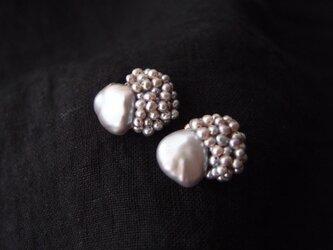 【真珠の刺繍ピアス】baroque pearl × seed pearl(gray)largeの画像