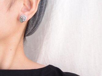 【天然石の刺繍ピアス】labradorite × pearl(gray)の画像