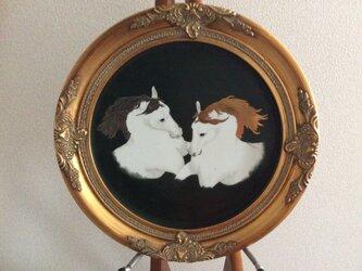 金と銀の鬣の2頭の白馬の画像