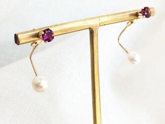 【K14GF】宝石質ロードライトガーネットと揺れるパールスタッドピアス 2WAYの画像
