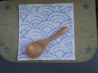☆手縫い☆刺し子15㎝カフェマット☆青海波柄・青色グラデ糸☆裏布小花柄☆敷物の画像