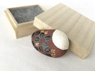 陶器のブローチ/帯留め 『月に萩』の画像