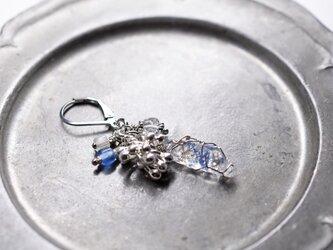 デュモルチェライトインクォーツとしゃらりとしたカレンシルバーとアンティークビーズ、ハーキマーダイヤモンドの片耳ピアスの画像