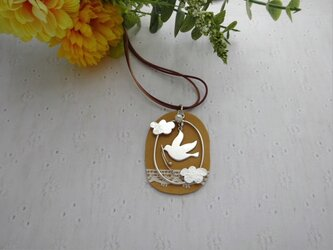 鳥と木の実のネックレスの画像