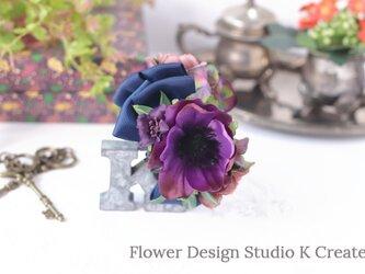 紫のアネモネとコスモスのリボンのバンスクリップ アーティフィシャルフラワー 秋色 ネイビー ヘアクリップの画像
