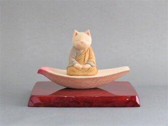 木彫り 蓮弁にのった袈裟を着た座禅猫 猫仏1928の画像