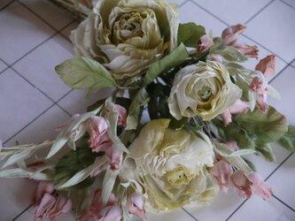 白いバラの花束の画像