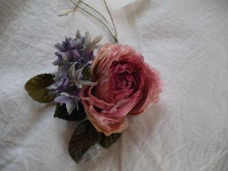 バラと紫の小花 コサージュ 布花の画像