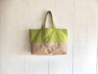 マスカット色×カフェオレ色の刺繍入り鞄の画像