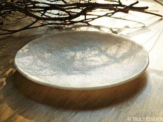白色ガラスの大皿 - 「 KAZEの肌 」● 23cm・平底・絹目調の画像