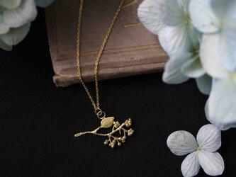 小枝と実の真鍮ネックレスの画像