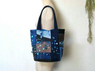可憐な花刺繍 デニムバック ブルーカラー ~ ジーンズ パッチワーク リメイクの画像